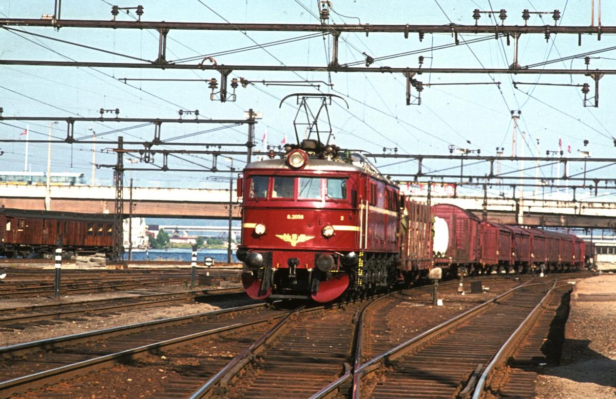 Godstog med El 8 2056 på Drammen stasjon