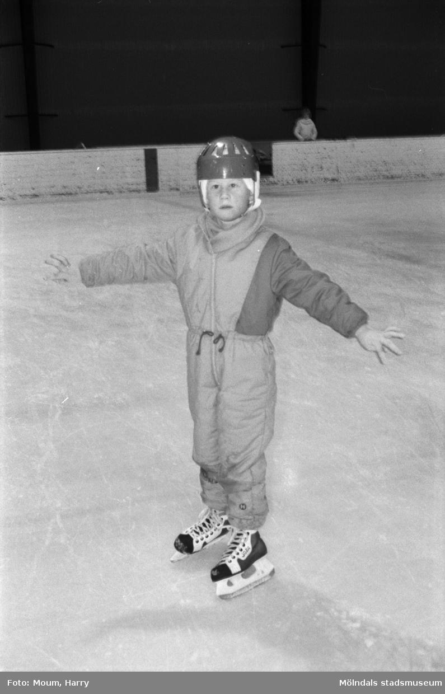 Skridskoåkning för barn under februarilovet i Mölndal, år 1985.  För mer information om bilden se under tilläggsinformation.