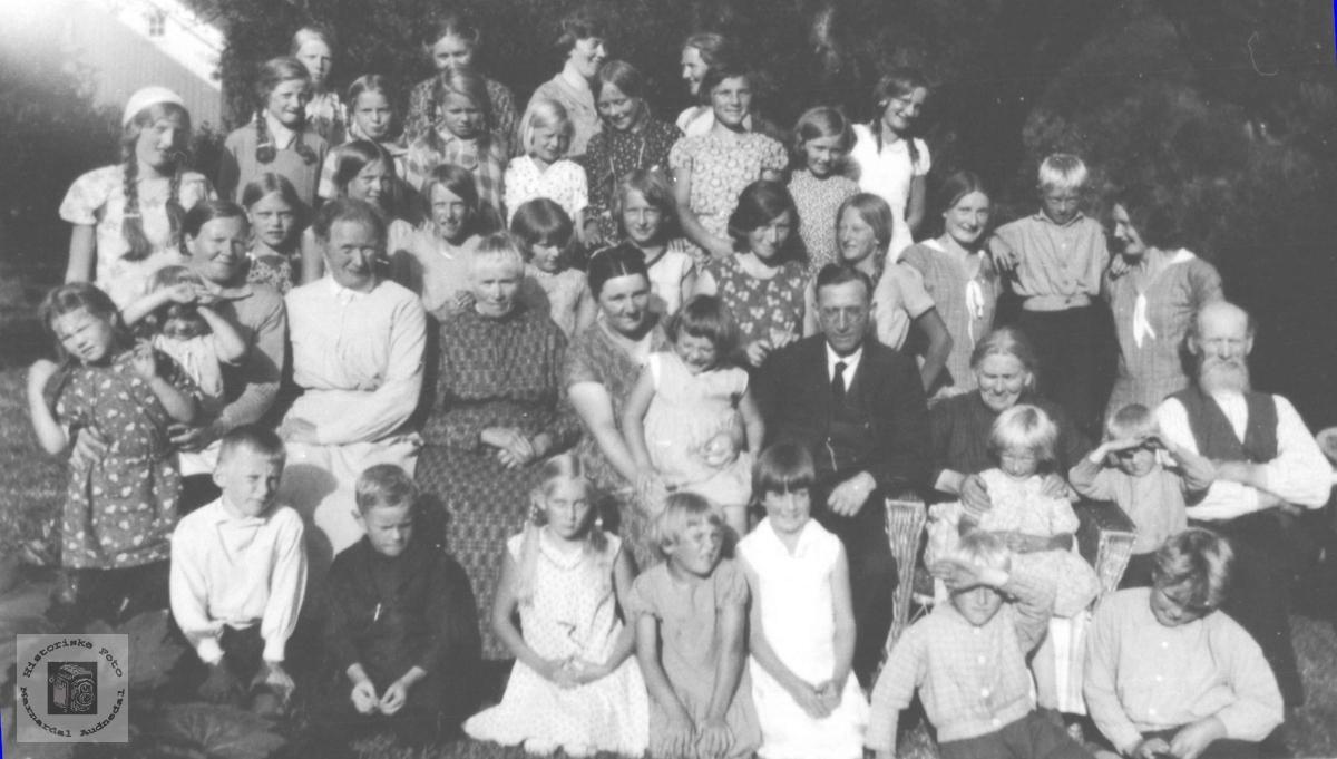 "Barneforeningen ""Erika"" på Øyslebø i 1932"