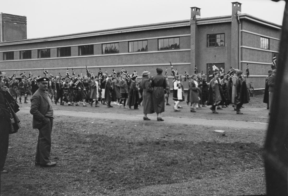 17. mai-tog. Elverum. 1937. Ved messehallen.