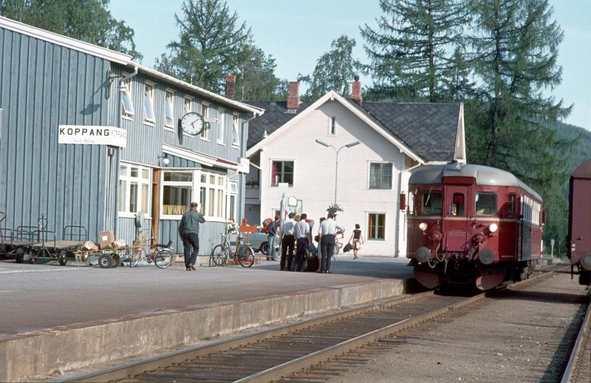 Persontog fra Hamar har ankommet Koppang stasjon. Motorvogn type BM 86