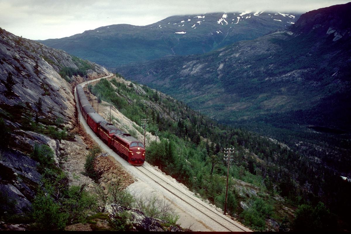 Sørgående dagtog på Nordlandsbanen, Hurtigtog 452, på vei oppover stigningen mot Lønsdal med to lokomotiver type Di 3.