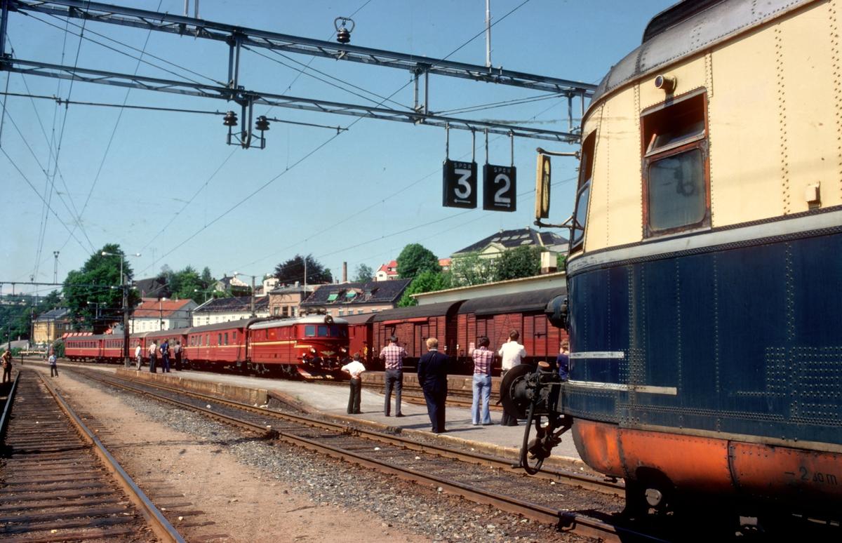 """Kryssing med intercity-tog i Larvik. """"Farvel til type 66"""". Ekstratog for Norsk Jernbaneklubb med ekspresstogsett type 66, motorvogn BM 66 01, mellomvogn B66 og styrevogn BS66 63. Turen gikk Oslo V - Horten - Brevik - Skien - Kongsberg - Oslo V, og ble kjᅢᄌrt noen dager etter at togsettene var tatt ut av trafikk."""