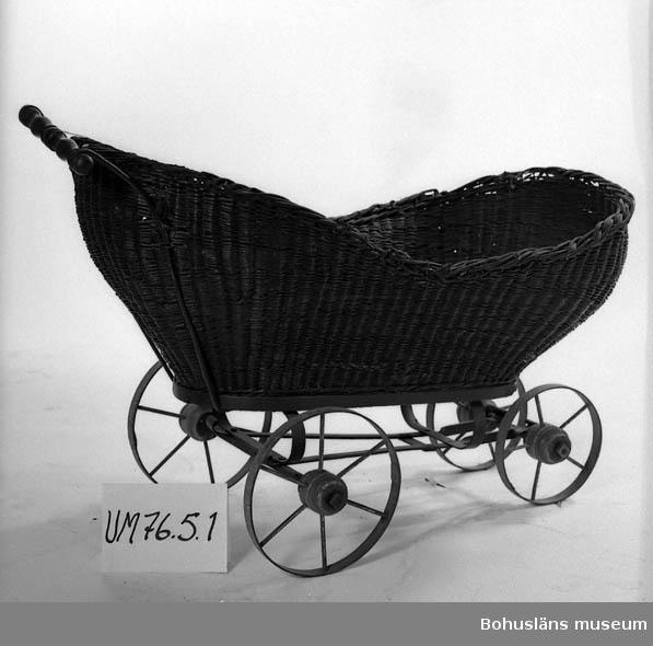 Ur punktnummerkatalogen 1958-1976: Sannes sterbhus Barnvagn av flätad rotting, svart L. 110 cm, br. 50 cm