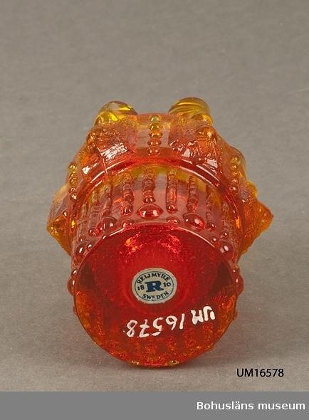 """782 Förv från *TH UDDEVALLA 571 Användningstid *1955-EFT 471 Tillverkningstid 1955-1965 410 Mått/Vikt !DIAM7,5 H9,5 CM 601 Glasljusstake orange röd fantasidesign med sex """"istappar"""". 602 Fabrikat Reijmyra 1955-1965."""