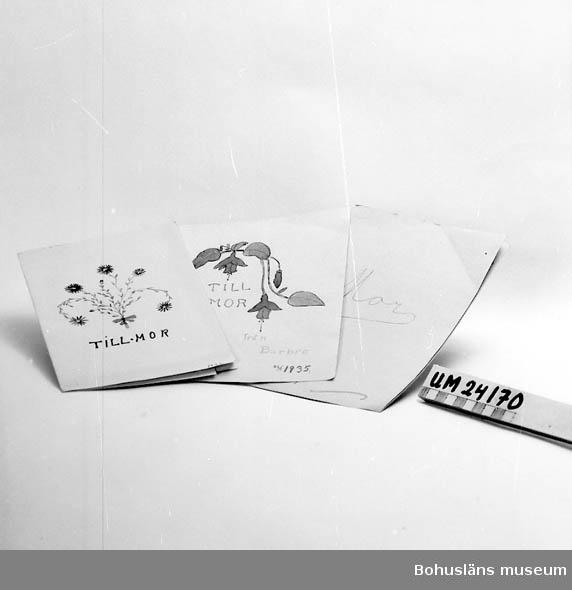 471 Tillverkningstid 1932,34,35 501 Gåva på mors dag från barn till mor. 601 Blad med teckningar (blommor) och verser.
