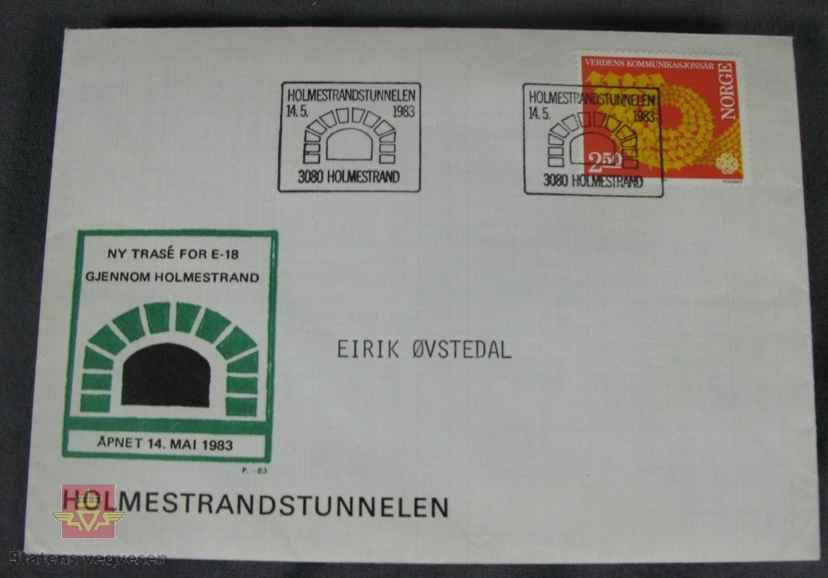 Konvolutt med frimerke og stempel som viser til vegåpningen av Holmestrandtunnelen  den 14. mai 1983. Også merket med EIRIK ØVSTEDAL. Inne i konvoltten ligger det en historisk oversikt utarbeidet av Nordre Vestfold Filatelistklubb.