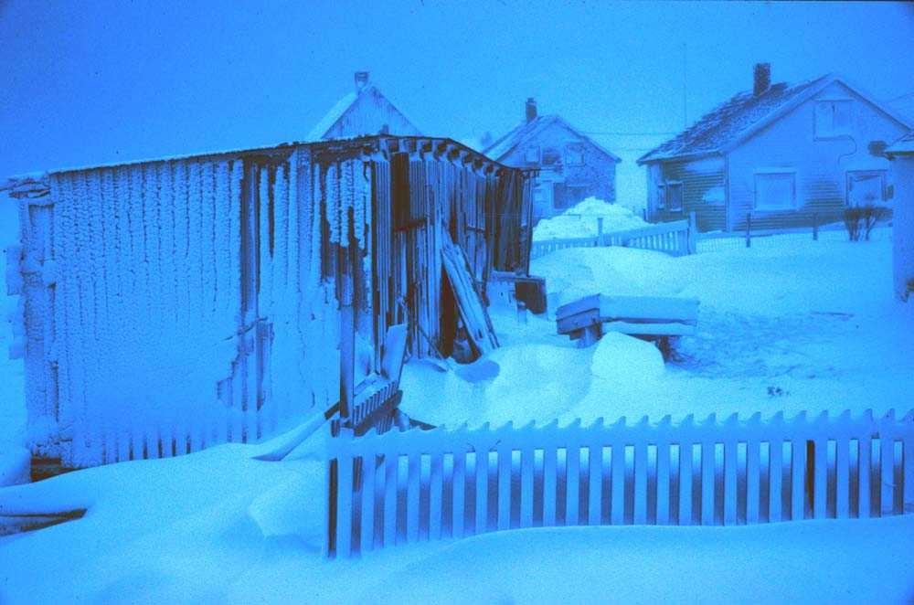 Landskap. Vinter. Stivfrosne hus i vinterdvale.  Ett sted i Nord-Norge.