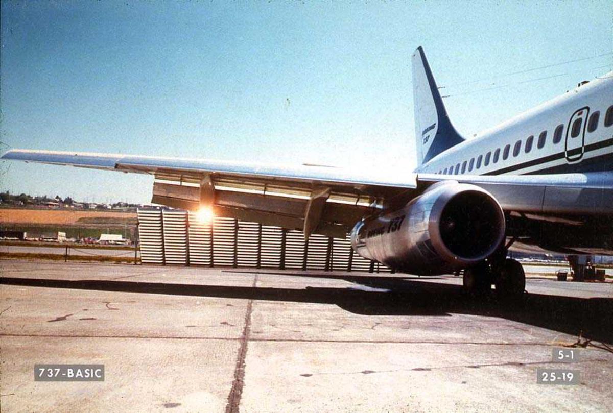 Lufthavn. Vingen og bakre del av en Boeing 737-200 på bakken.