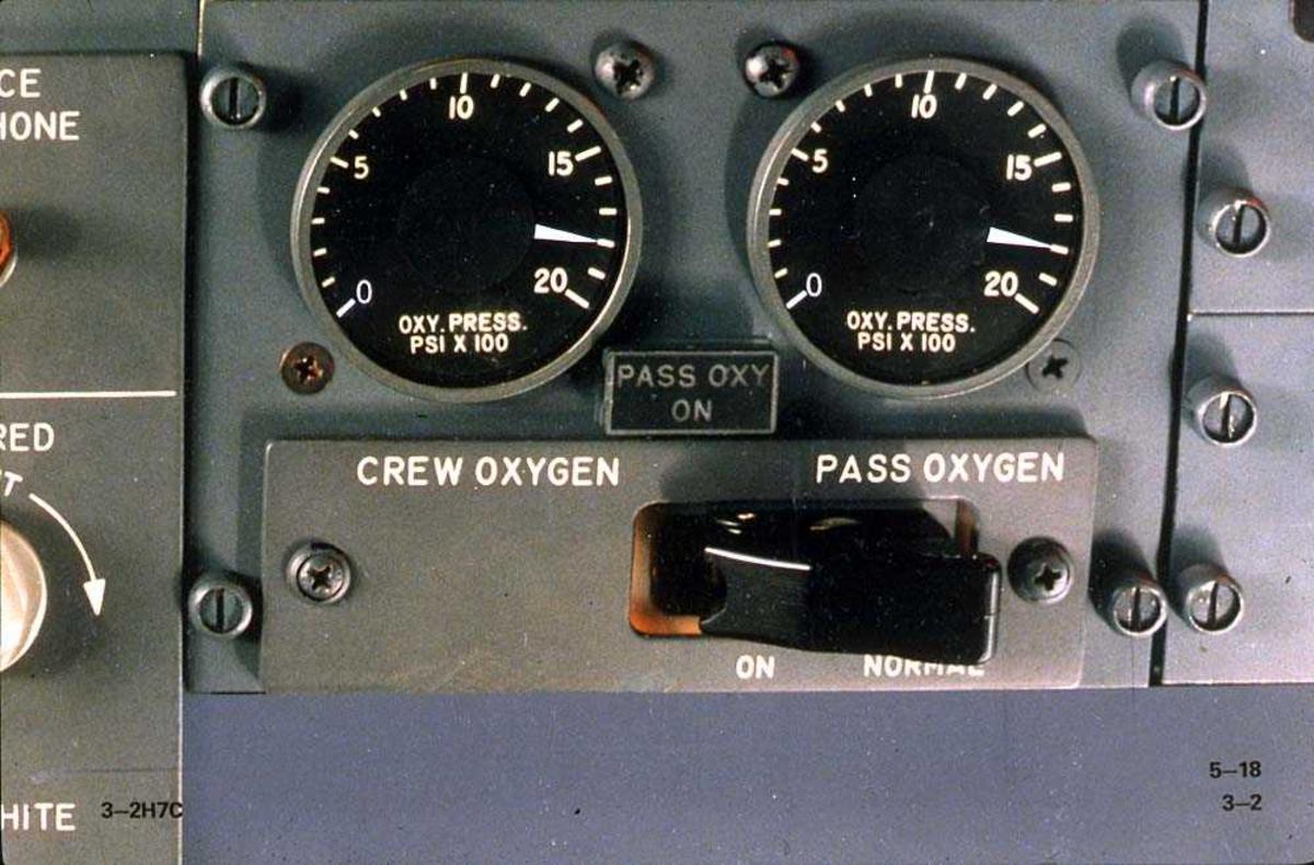 Detajlbilde av oksygeninstrumenter på en Boeing 737-200.