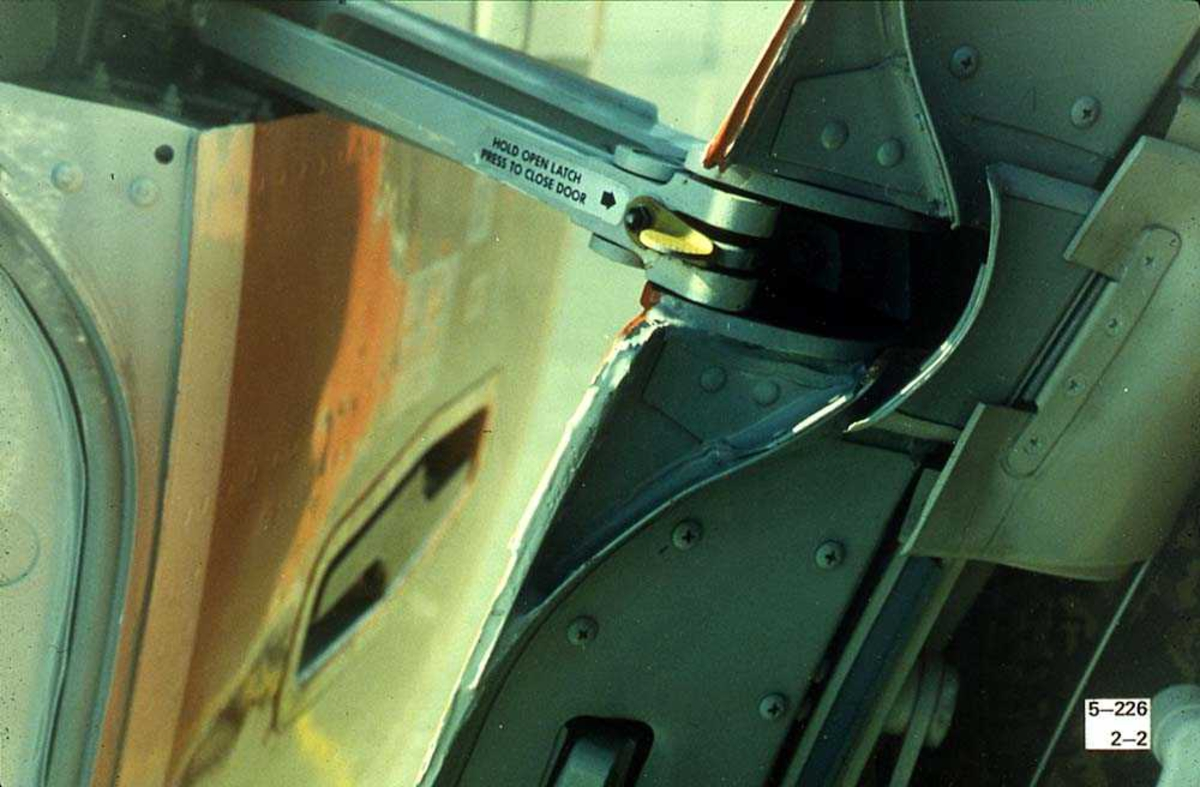 Detaljbilde av dørmekanisme på et fly, Boeing 737-200.