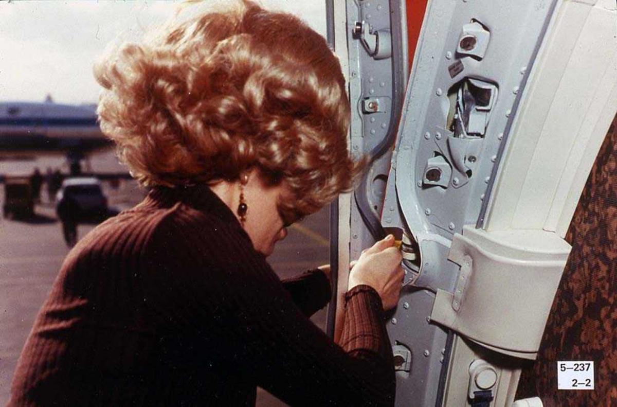 En person som lukker en dør på et fly, Boeing 737-200.