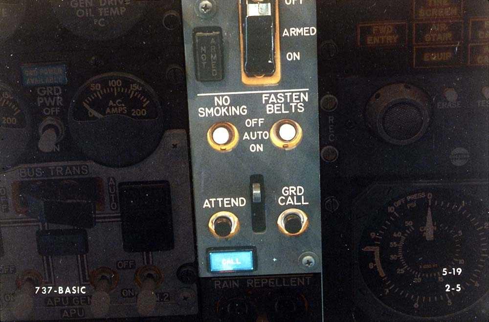 Detaljbilde av flere brytere i cockpiten på ett fly, Boeing 737-200.