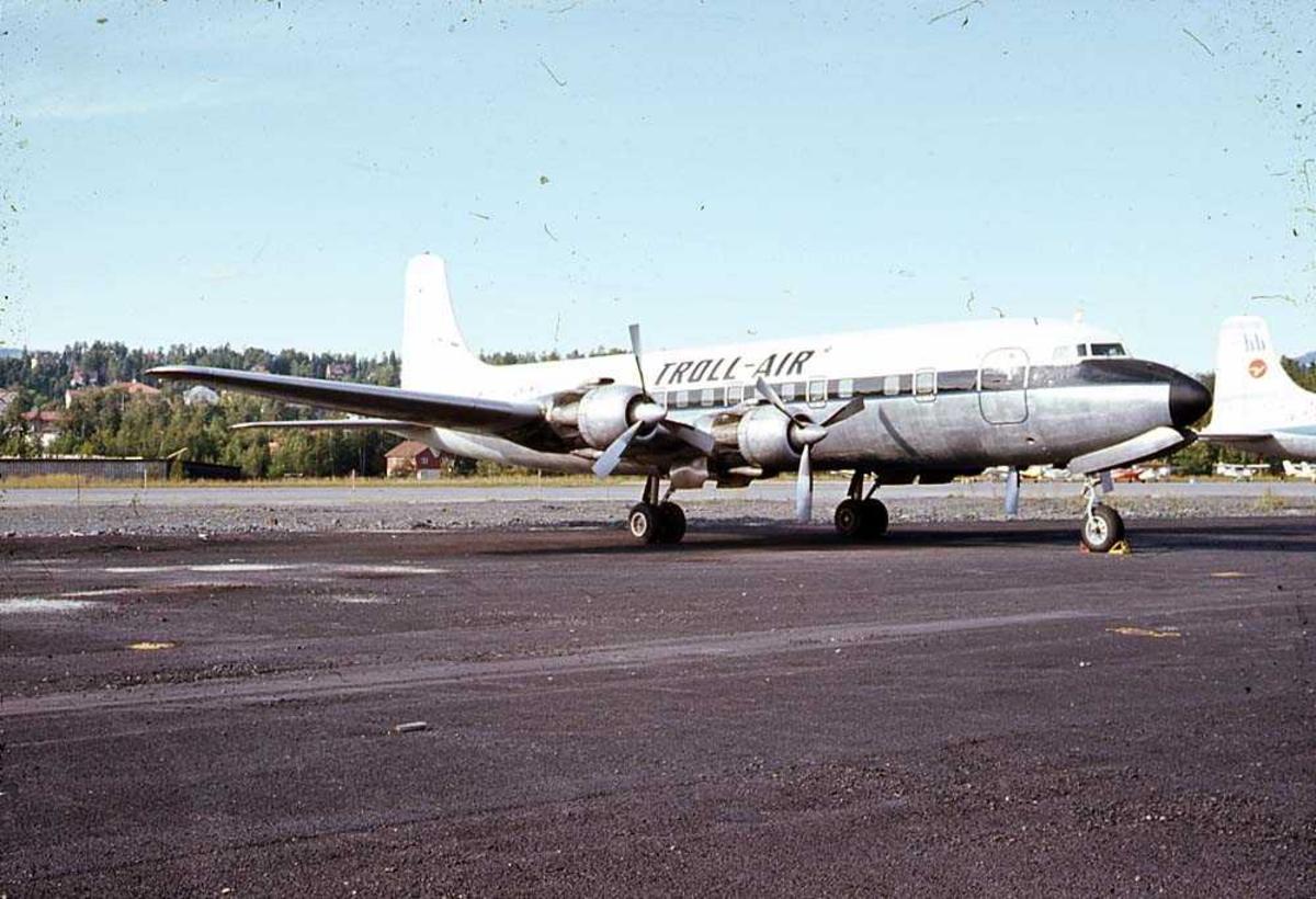 Ett fly på bakken, Douglas DC-6 LN-MTU fra Troll-Air.