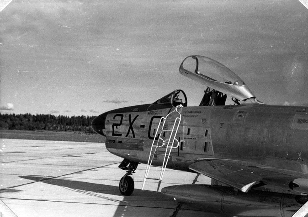 Lufthavn. Ett fly på bakken, F-86K.