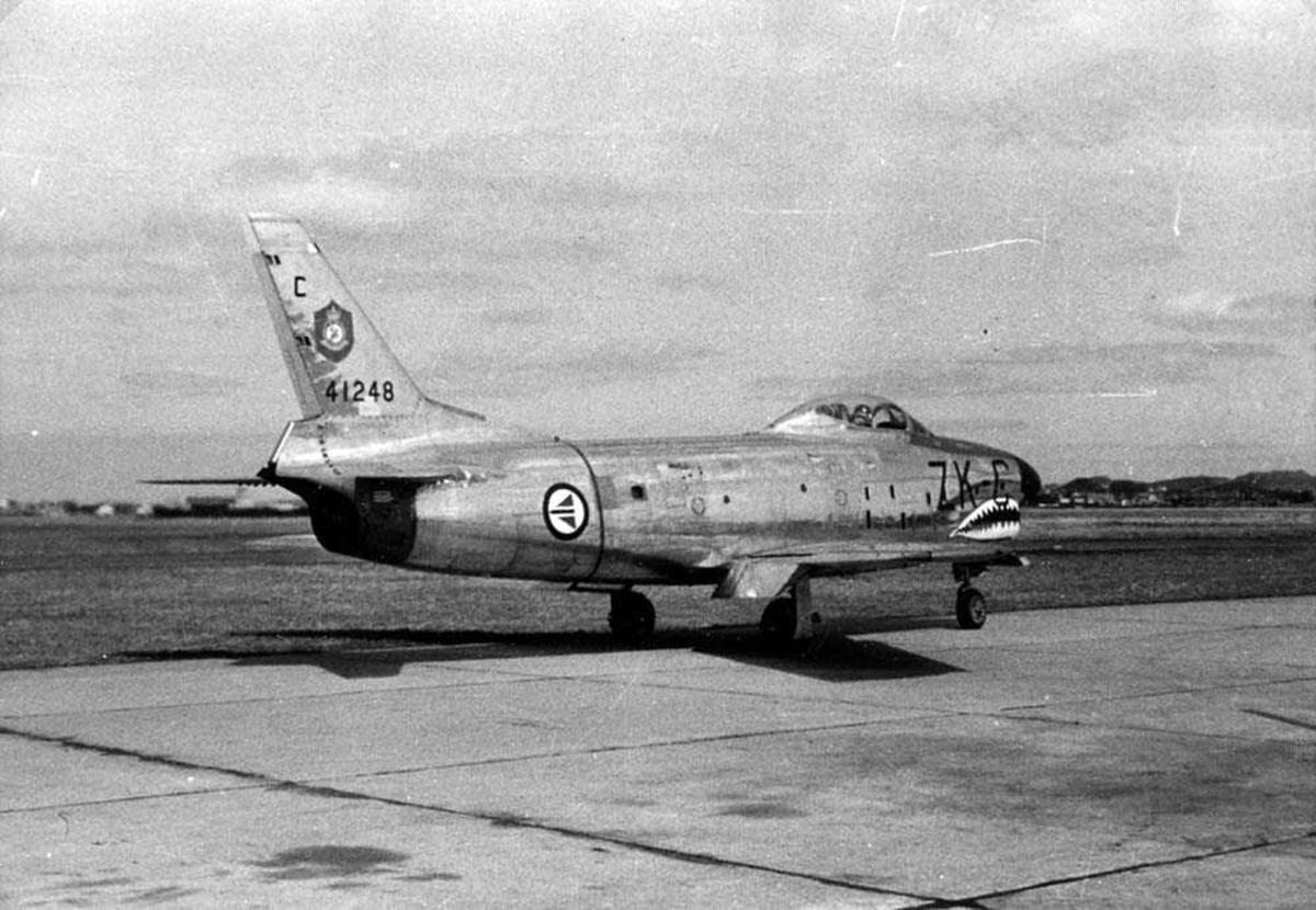 Lufthavn. Ett fly på bakken. F-86K