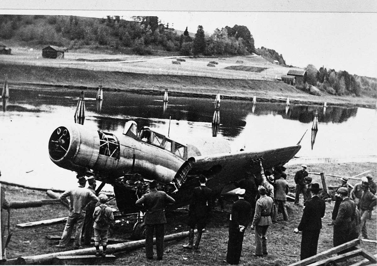 Ett fly i vannkanten, Blackburn Skua MUII L2942 Fra 801  sqd/HMS Furious  Flere personer ved flyet