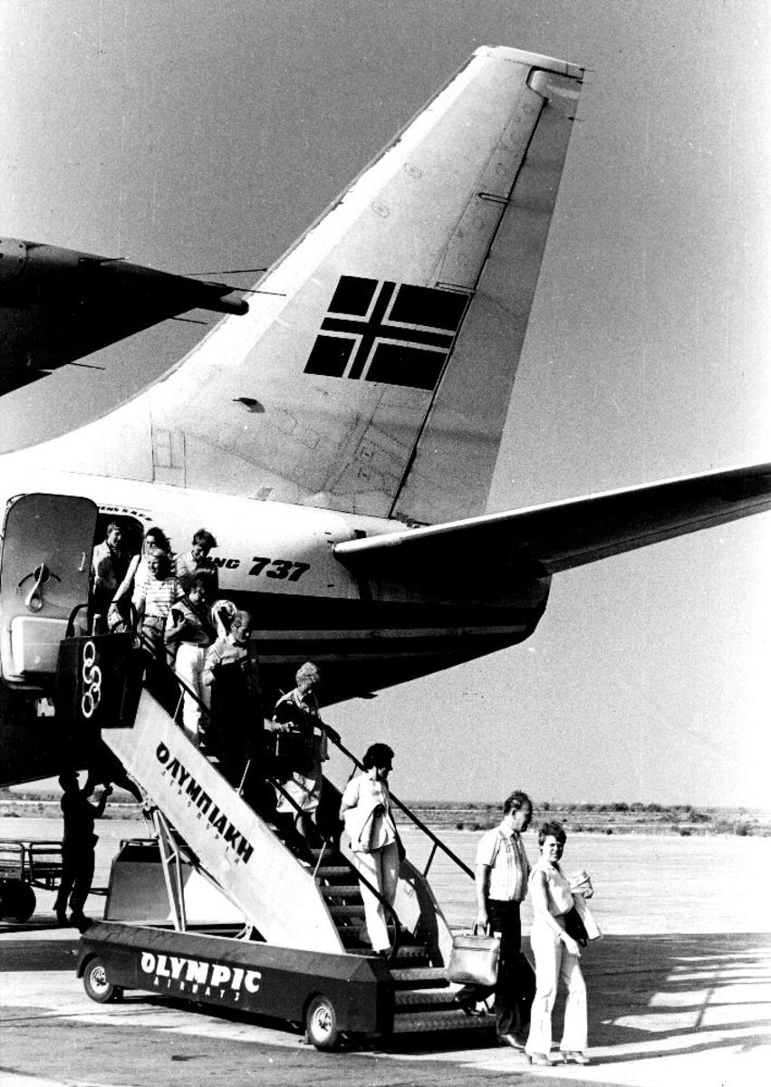 Lufthavn/Flyplass. Et fly fra Braathens SAFE, Boeing 737 har landet i Hellas. Passasjerene forlater flyet.