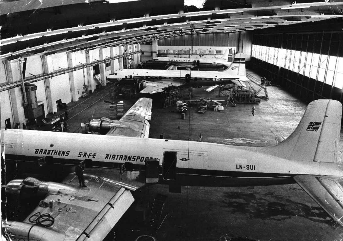 Lufthavn/flyplass. Sola/Stavanger. Braathens SAFE's Tekniske div. 3 fly i hangar for vedlikehold/ettersyn. Alle flyene er av typen Douglas DC-6 Cloudmaster. Et fly fra Braathens SAFE og to fly fra Loftleidir.