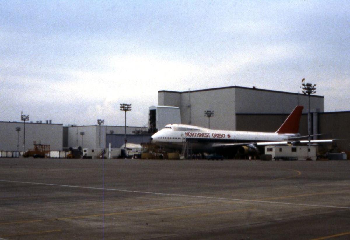Landskap. Boeings flyfabrikk Seattle. Et fly, Boeing 747 malt i flyselskapet Northwest Orients farger.