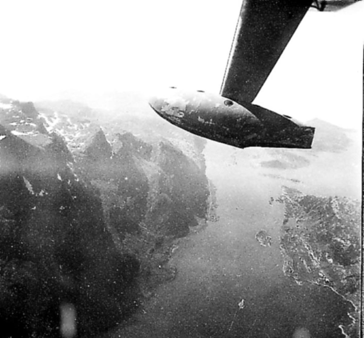 Luftfoto, landskap under. Vingespissen på flyet bildet er tatt fra, sees.