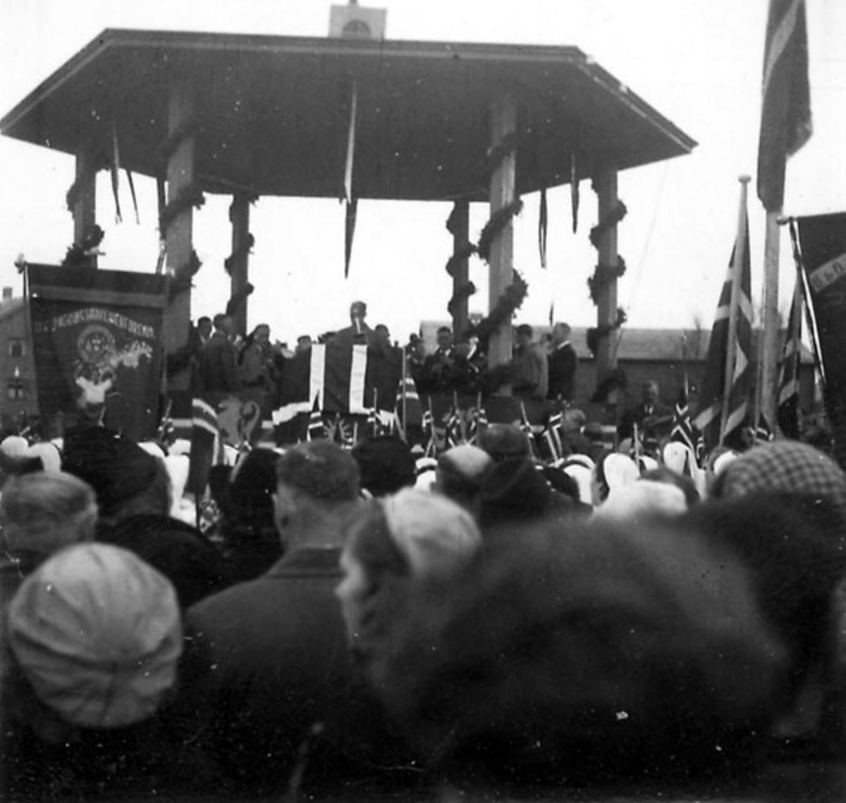 Frigjøringsdagene i Bodø etter krigen 1940 - 1945. Mange personer samlet ved paviljong. En holder tale. Ant. fra Solparken.