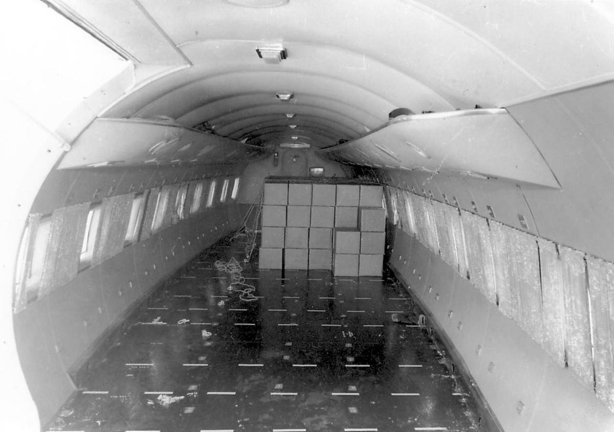 Flyinteriør, Cabin uten seter. Noen kartonger bak. (Lasterom?)