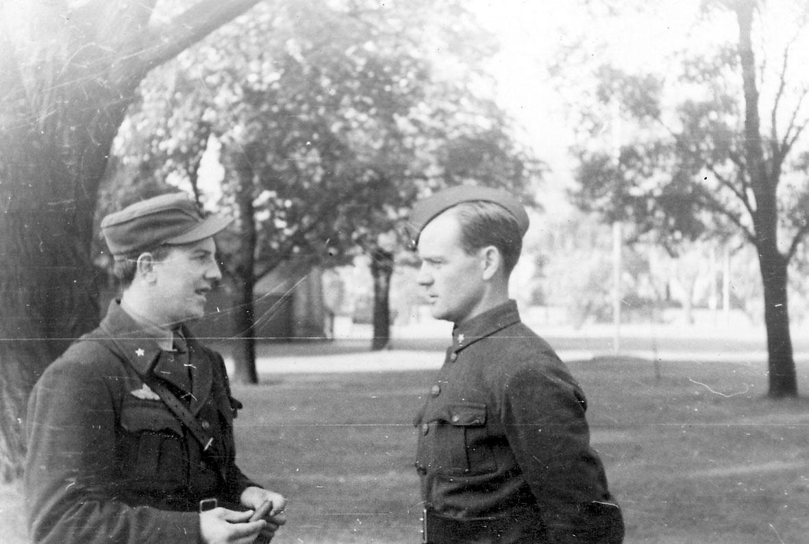 Portrett, to personer i militæruniform, ant. i en park.