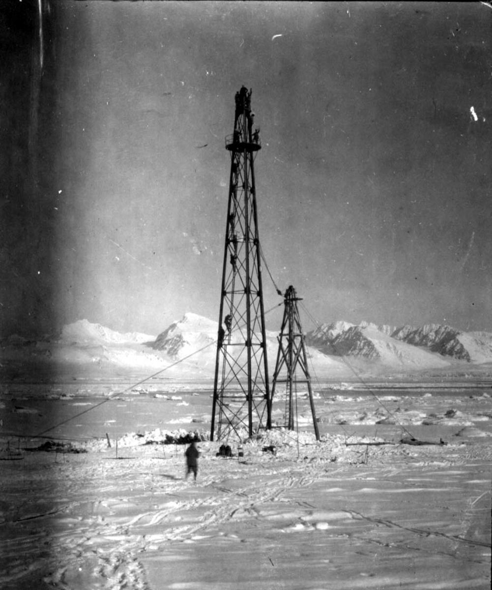 "Fortøyningsmasten til luftskipet ""Norge"". Nettop reist. En person foran. Snø på bakken, fjell bak."
