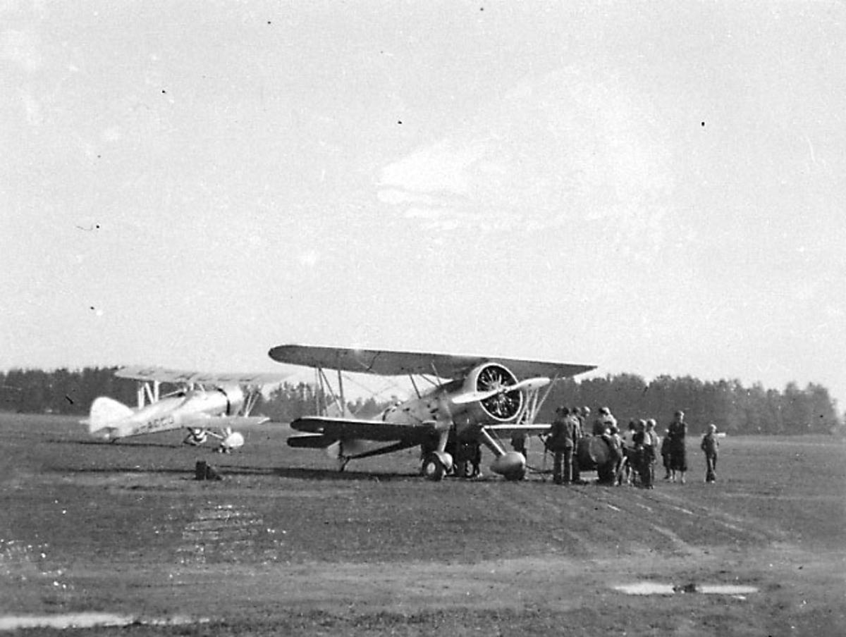 Lufthavn, 2 fly på bakken, Curtiss Goshawk og A.W. Scimitar G-ACCD