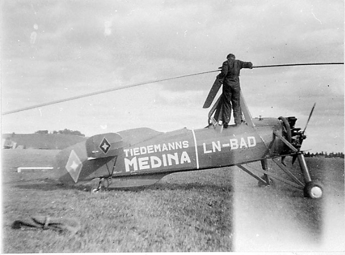 Lufthavn, en autogiror på bakken, Cierva C 30A LN-BAD fra J. L. Tiedemanns Tobaksfabrikk.