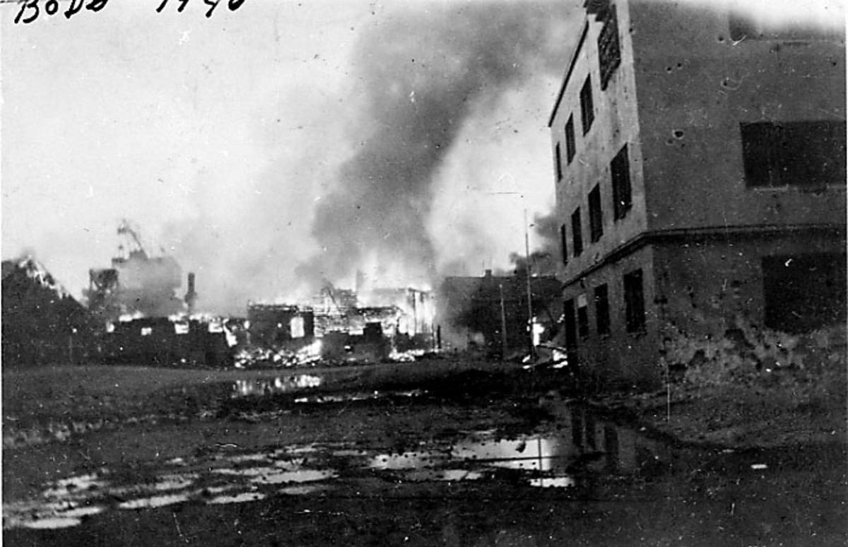 Bodø i brann etter bombingen under 2. verdenskrig, Grand Hotel foran, Jakhellngården i brann lenger bak.