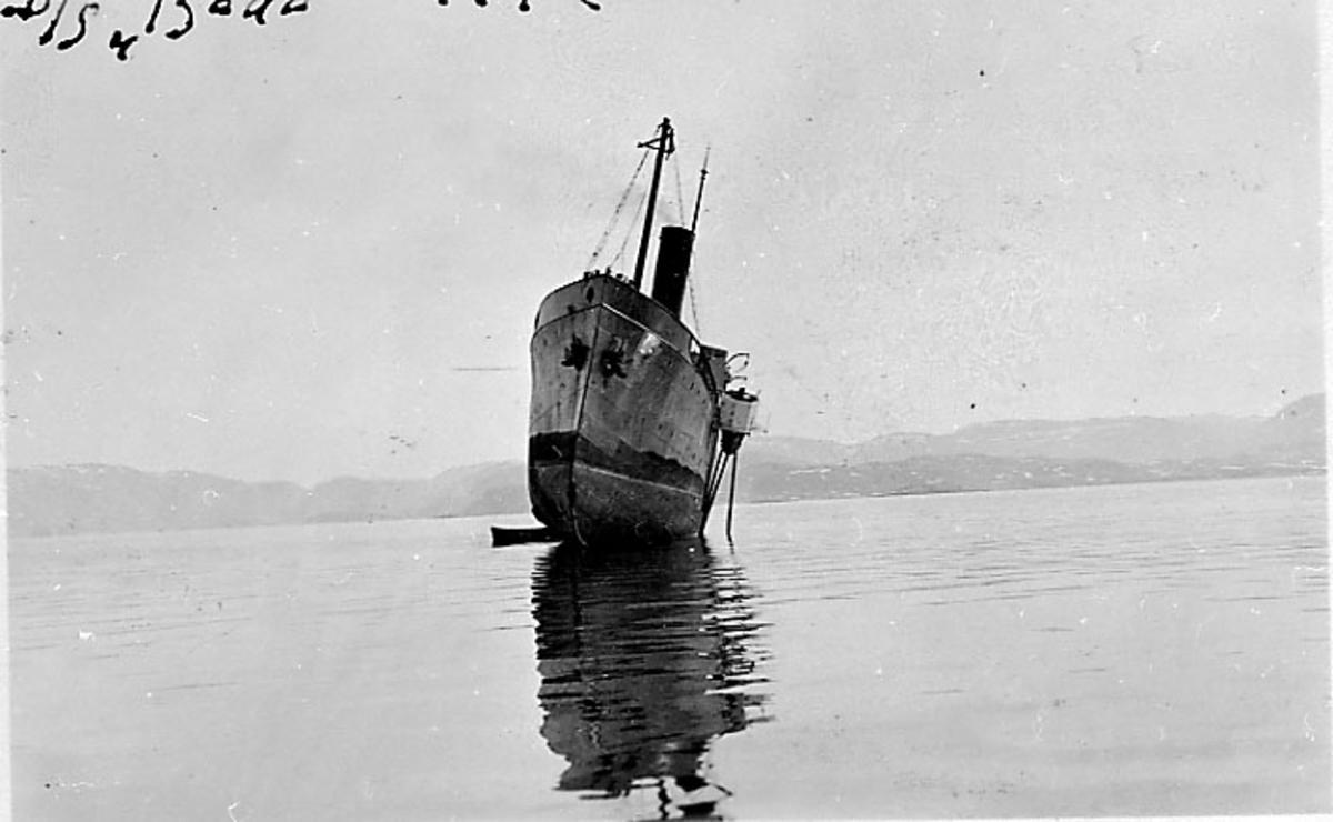 Fartøy på grunn ved sjømerke, D/S Bodø, sett forfra.