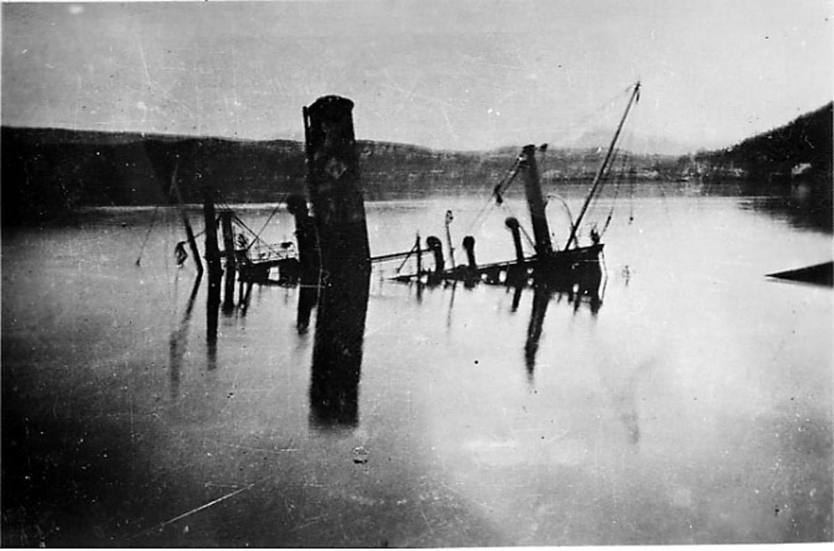 Fartøy nedsunket på havna. Narvik under 2. verdenskrig.