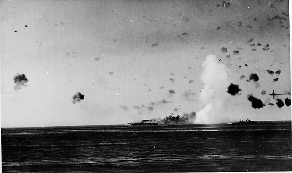 2 marinefartøyer på havoverflata. Flere bombenedslag. Det ene fartøyet synes å være skutt i brann.