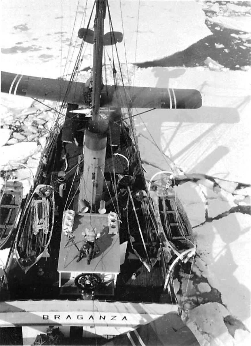 Ombord i fartøy, M/S Braganza, i isen. Oversiktsbilde tatt fra mastetoppen. 1 fly, Hansa-Brandenburger no. F-38, på akterdekket.