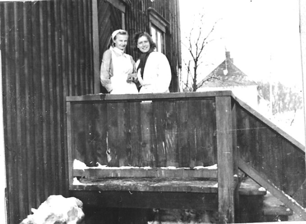 Portrett, 2 personer på ei trapp. Ant. helsepersonell.
