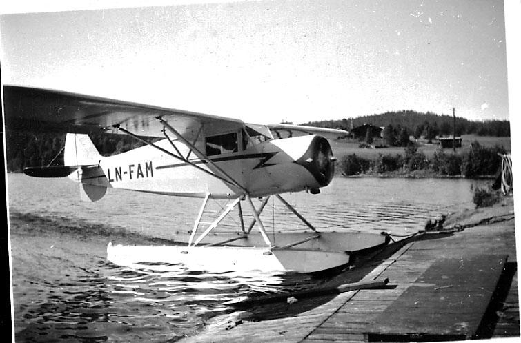 """1 fly ved strandkanten, Modell A """"Norge"""", LN-FAM, fra Aksel Kristiansen."""
