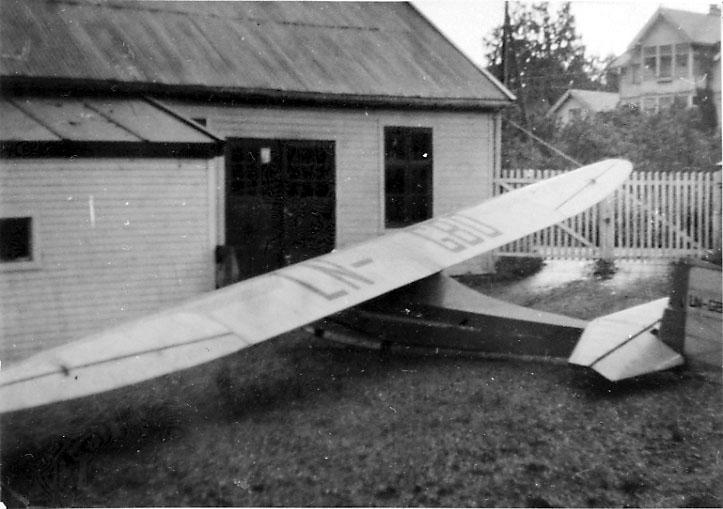 1 fly på bakken, Grunau 9, LN-GBO, fra Volda Flyklubb.