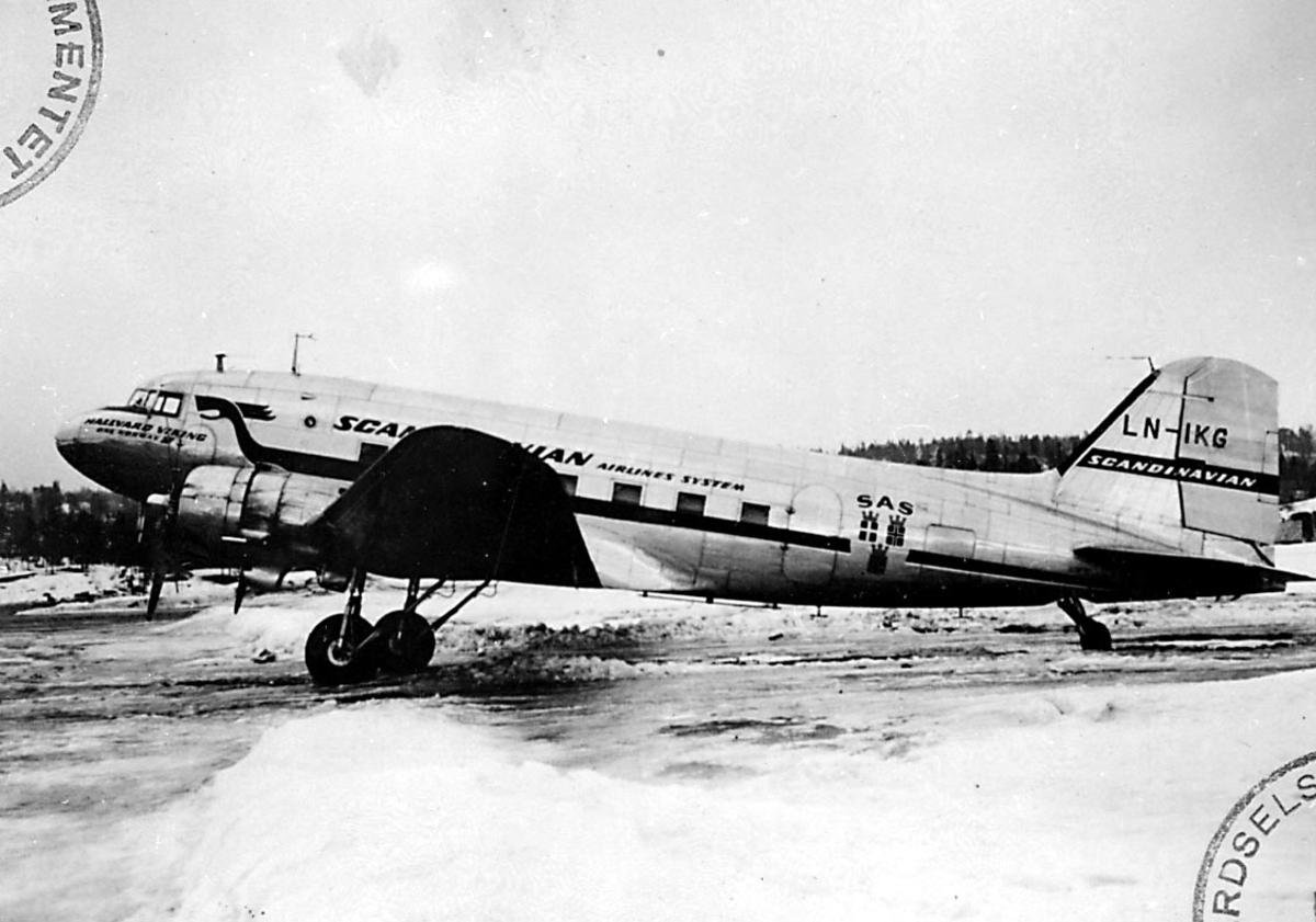 "Lufthavn, 1 fly på bakken, Douglas DC-3C-S1C3G Dacota, LN-IKG ""Guttorm Viking"" fra DNL A/S Oslo."
