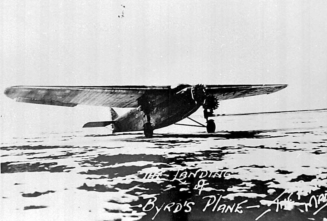 1 fly på bakken, Ford Trimotor.  Bilde tatt ved landing på The Pas Manitoba av Bernt Balchen og Floyd Bennett i forbindelse med ytelses- tester i forkant av Byrds antarktiske ekspedisjon.