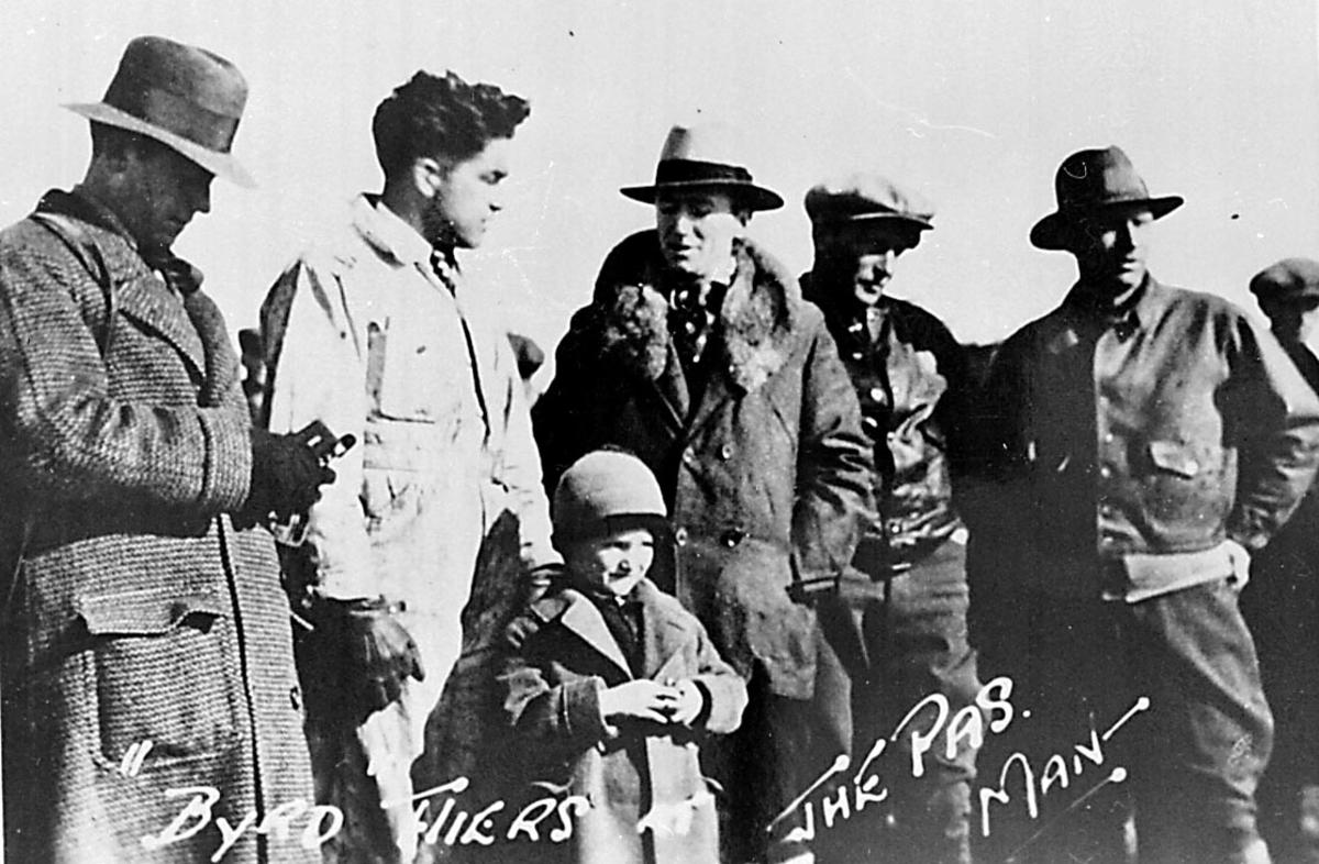 Portrett, flere personer, tatt utendørs.  Portrett: Bernt Balchen og Floyd Bennett til høyre. Nærbilde av velkomstkomite i forbindelse med Byrd ekspedisjonen.