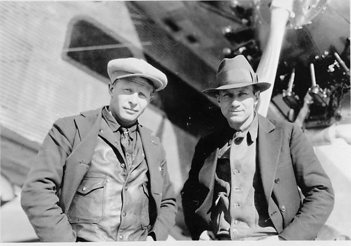 Portrett, 2 personer, menn ved et fly.