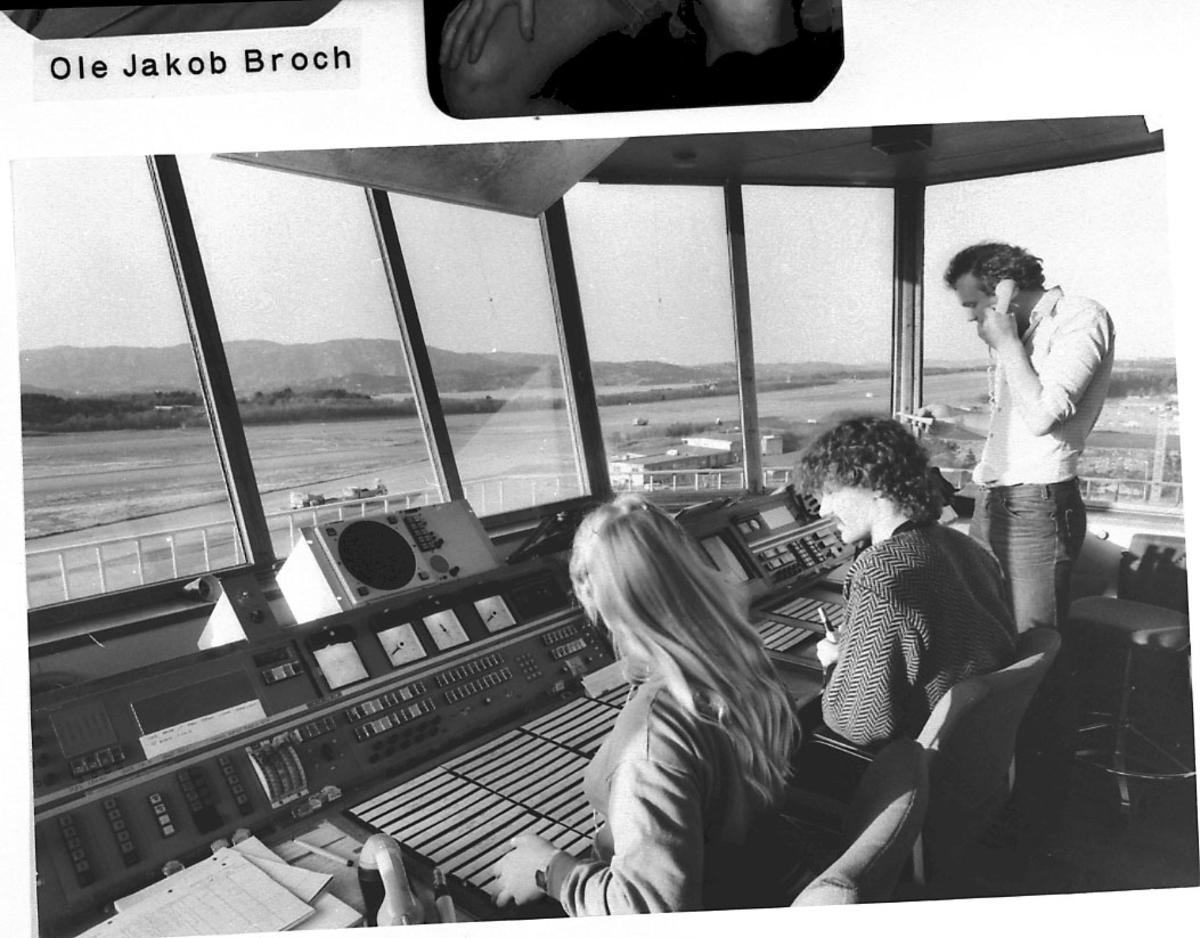Maskinkopi av 1 foto. Lufthavn, inne i kontrolltårn. Portrett, 3 personer.