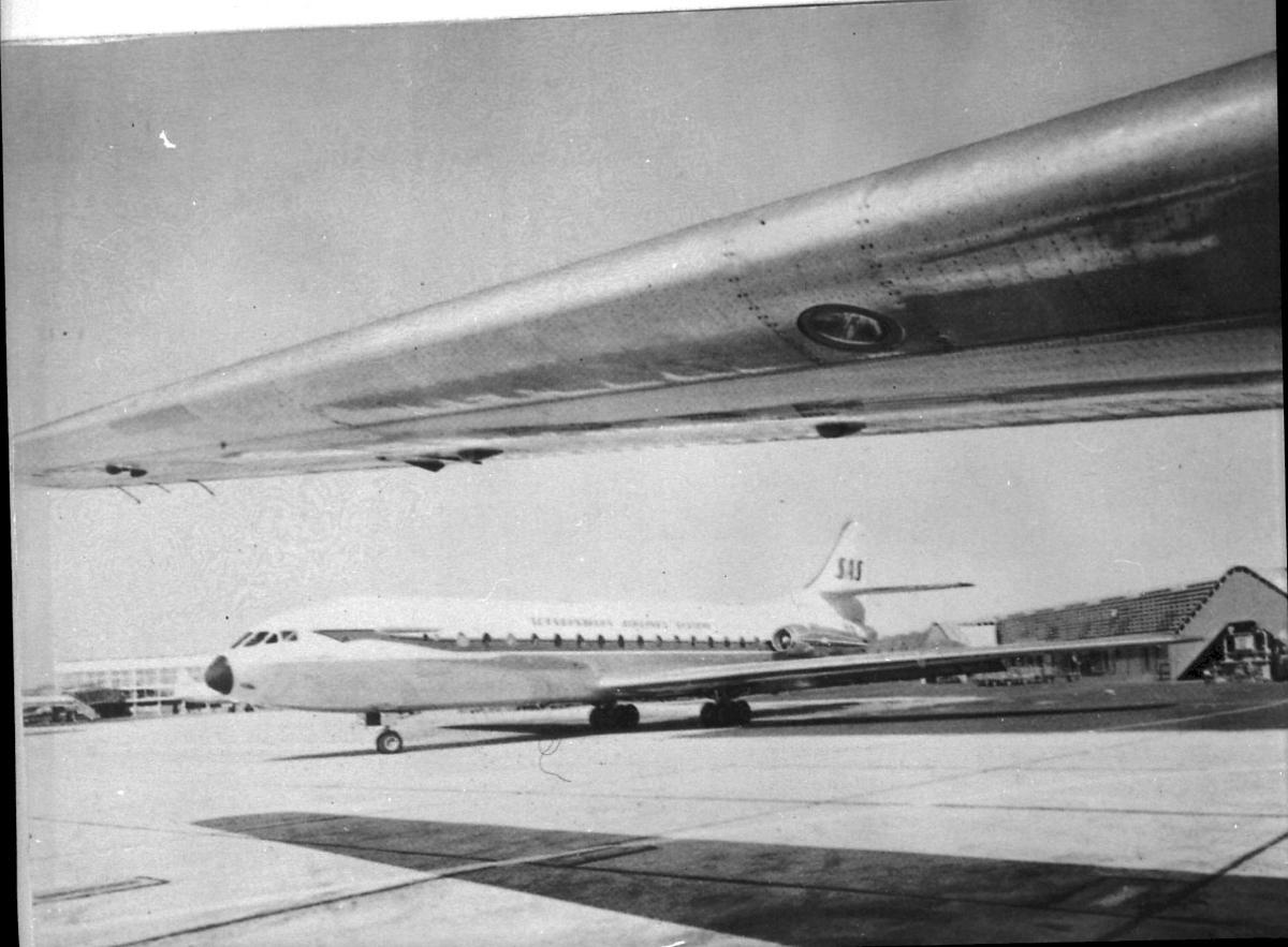 Lufthavn, 1 fly på bakken, Caravelle fra SAS. Vingen av ett annet fly i forgrunnen.
