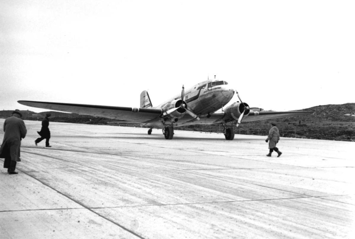 "Lufthavn, 1 fly på bakken, Douglas DC-3 /C-47 Dacota C-47A-15-DK LN-IKG ""Guttorm Viking fra DNL/SAS."