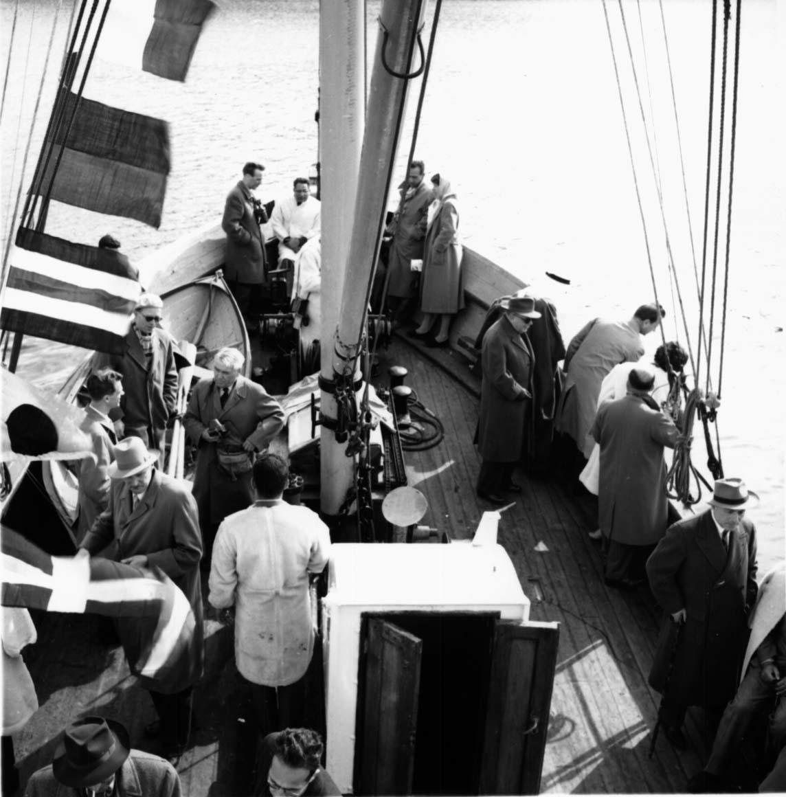 """Gruppeportrett, flere personer samlet på dekk ombord i et fartøy """"Telegrafverket""""."""