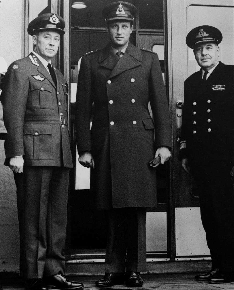 Gruppefoto. Militært personell, menn. I midten Kronprins Harald.