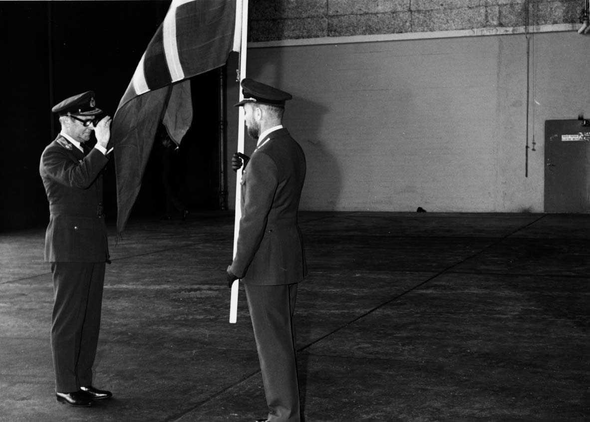 Gruppe   To personer i uniform, Gen. Stenwig og Maj. Nilsen.