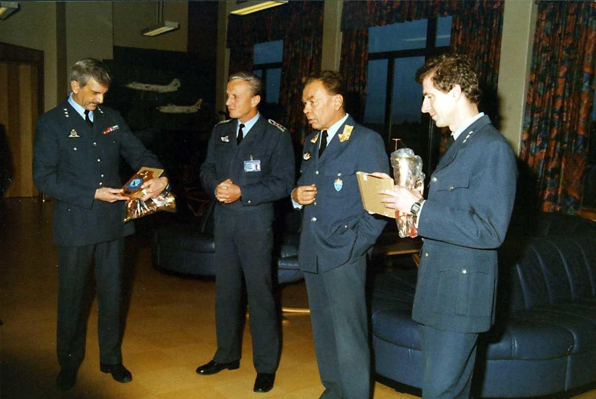 Gruppe.  Fire personer i uniform, to med premier tildelt av sjef LFK og Stasjonssjef.